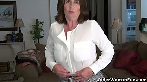 American milf Ava loves playing with her..