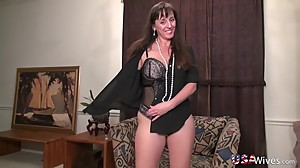 USAwives Horny Mature Lady Self Toy..