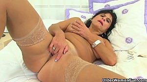 British milf Raven fucks her pussy with..