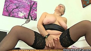 English granny Savana is fingering her..