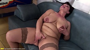Mature queen mom gets her pussy..
