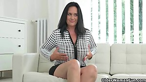 Well rounded milf Ria Black fingers her..