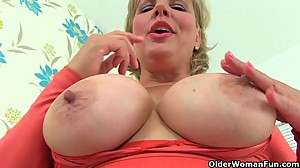 British milf Danielle is dildoing her..
