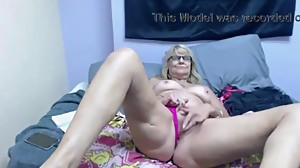 Blonde granny-old pussy masturbating