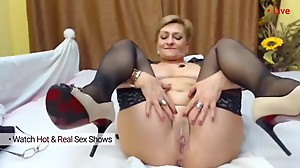 Mature milf masturbate and play with her..
