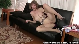 American milf Jamie Foster spreads her..